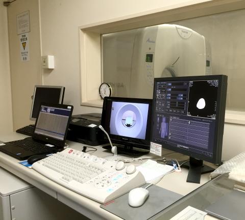 CTスキャン室/最新型のCTスキャン装置とオペレーションルーム